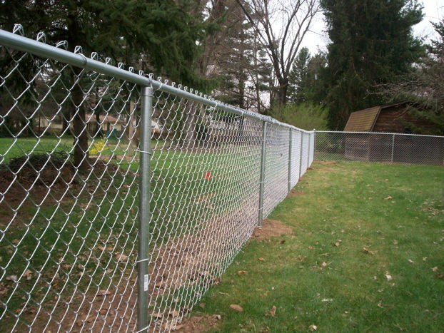 Between the neighboring garden plots, you can only install a mesh or lattice fence