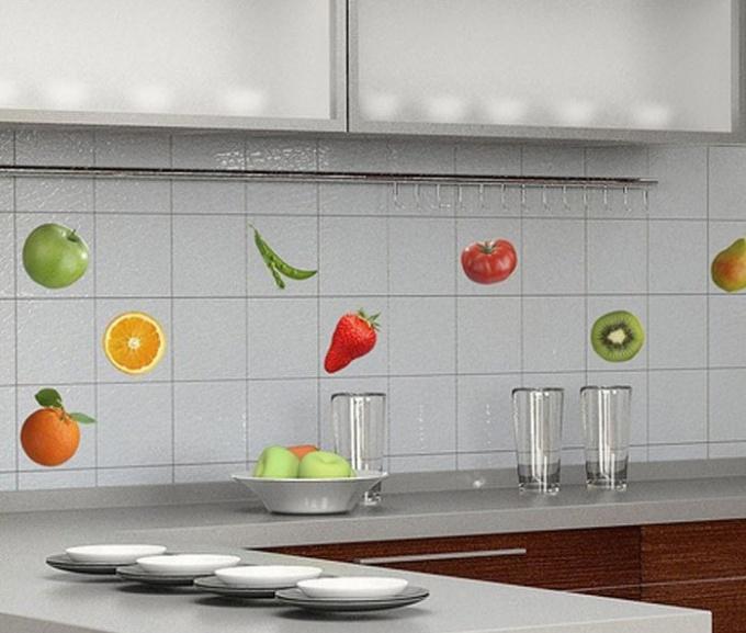 Расстояние между столешницеф и навесными шкафами отделывают кафелем и называют кухонным фартуком