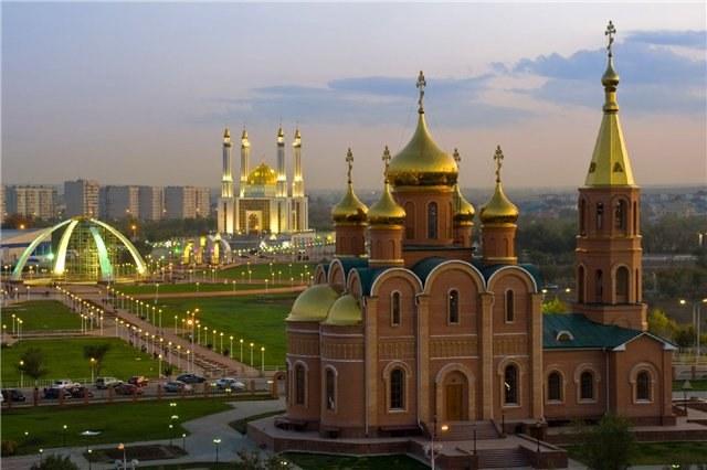 Церковь и мечеть в казахском городе Актобе