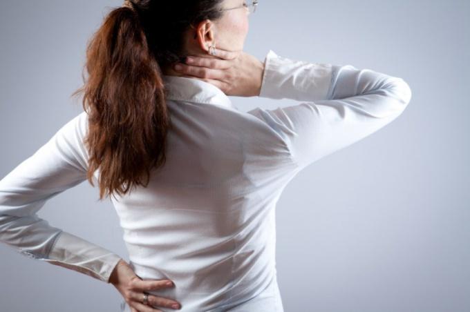 Почему болит спина слева