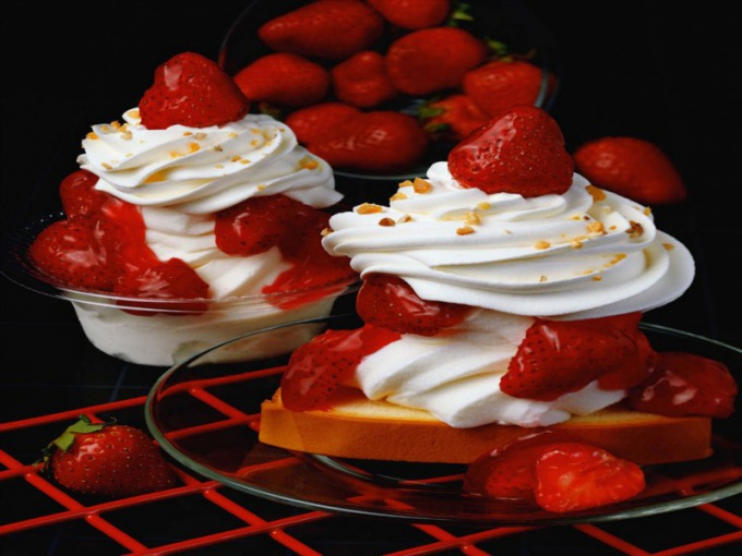 How to cook a dessert of strawberries with whipped cream
