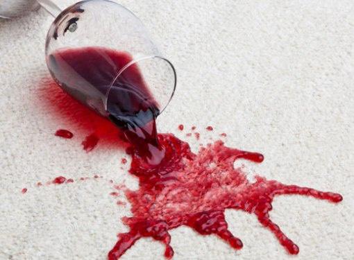 Выводим пятна от красного вина