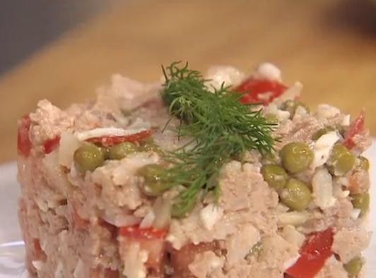 Салат из печени трески с помидорами и рисом