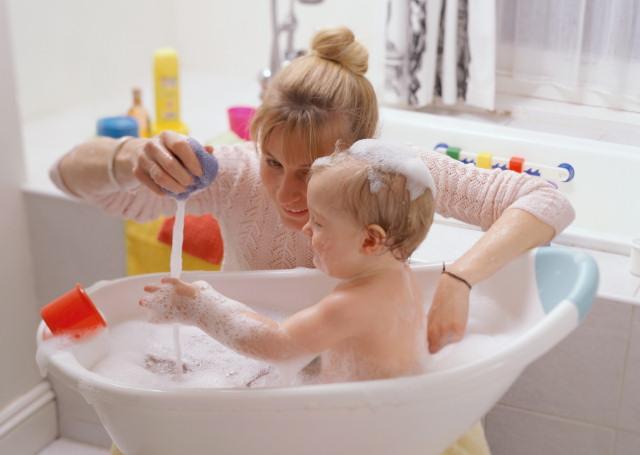 Играть с ребенком можно и нужно везде, даже во время купания