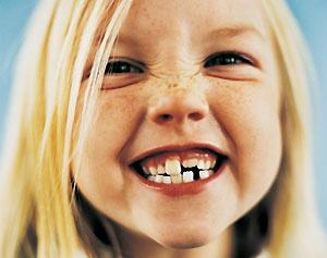 Красивая девочка с кривыми зубками
