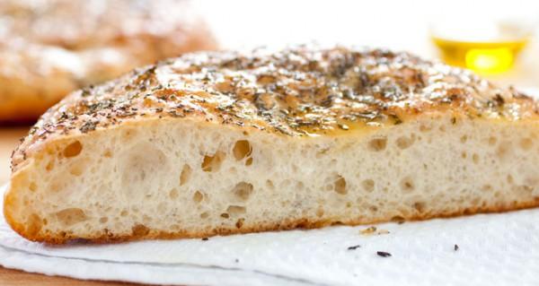 Готовую фокаччу можно еще дополнительно смазать смесью оливкового масла, чеснока и трав!
