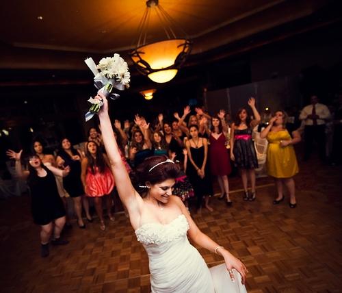 Чем можно заменить бросание букета на свадьбе