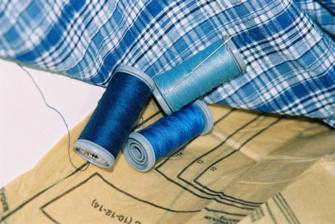 Перевести выкройку на ткань можно с помощью специального фломастера