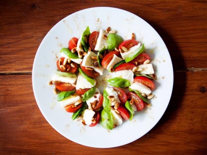 Уксусом заменяют заправку к салату