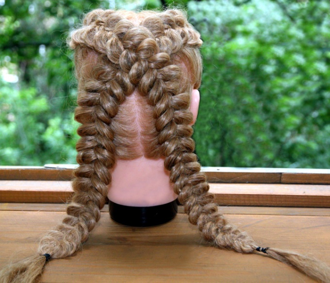 Французские косы крест-накрест на учебном манекене