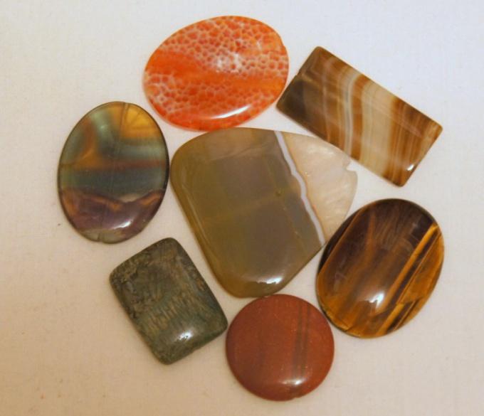 Различно окрашенные драгоценные камни