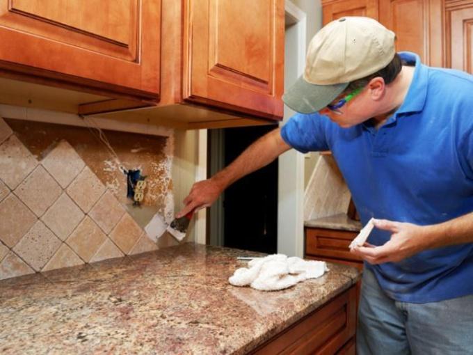Укладка фартука на кухне.