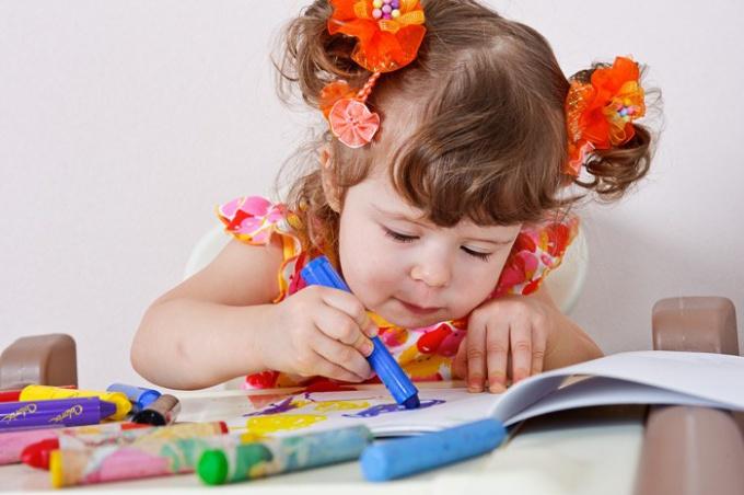 Как научить детей раскрашивать