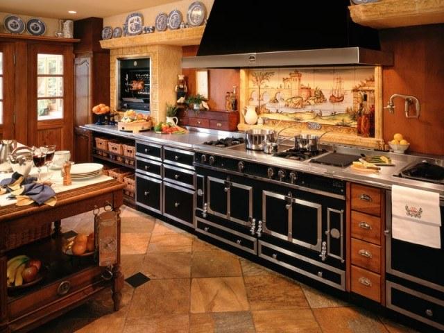 Современная плита на просторной кухне