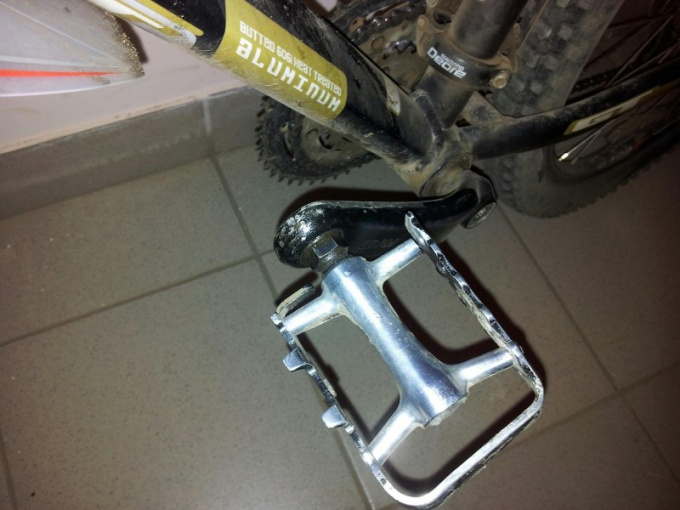 Как поменять педаль на велосипеде