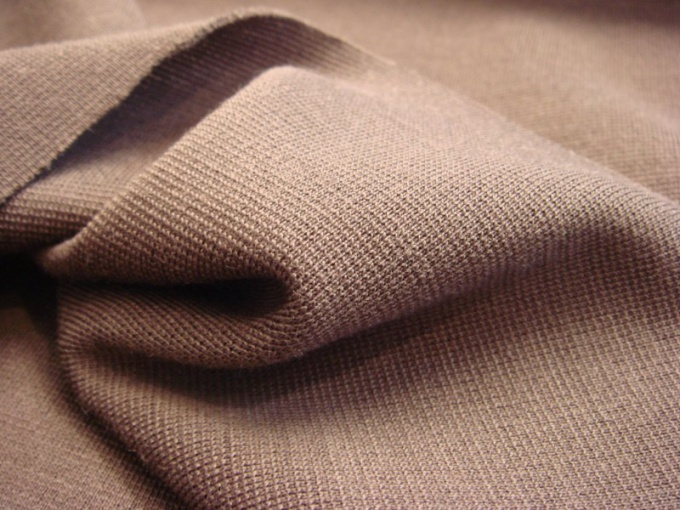 Если присмотреться к трикотажному полотну, можно увидеть ячейки плетения.