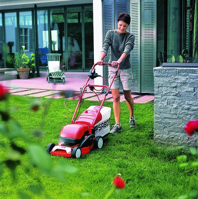 Для небольших территорий с ровным рельефом лучший выбор – электрическая газонокосилка