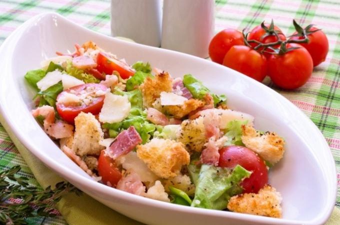 Салат с сухариками, беконом и пармезаном