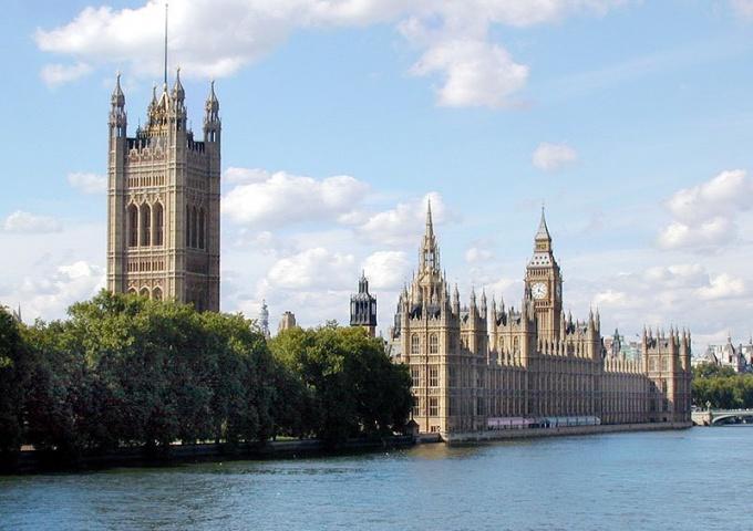 Темза - судоходная река, на берегах которой стоят королевские замки.