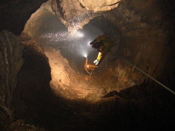 Спелеологи в пещере Крубера-Вороньей