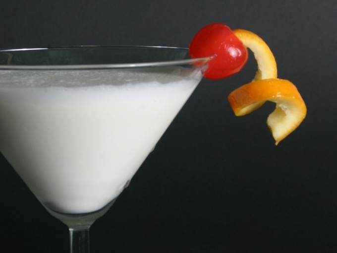 Кокосовый ликер употребляют в чистом виде, в составе коктейлей, а также добавляют в кофе