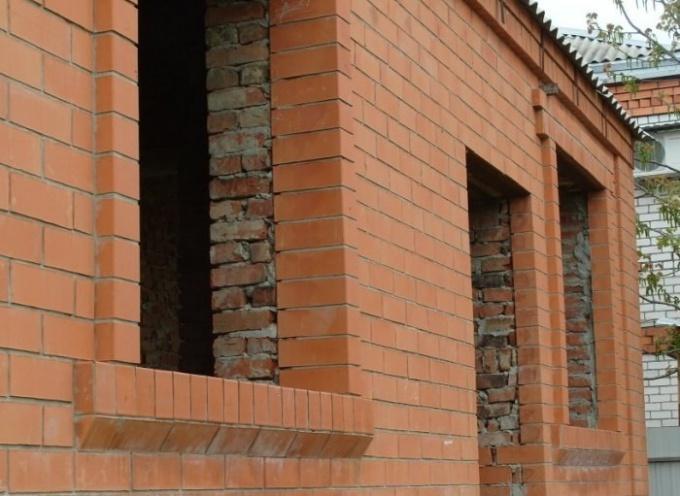 Для отделки кирпичных стен используют облицовочный камень