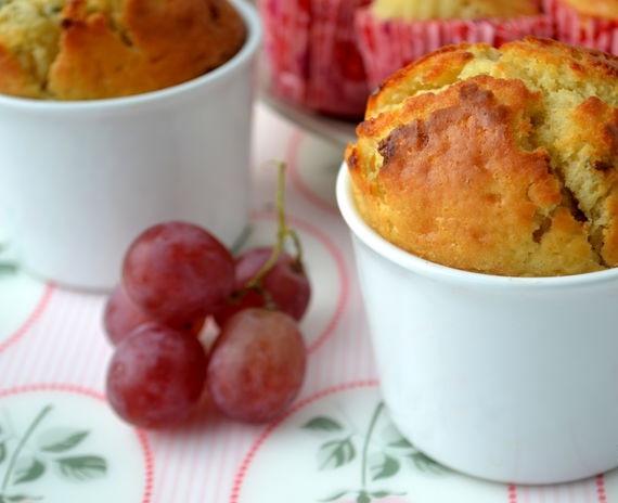 Ароматные кексы с красным виноградом и дор блю