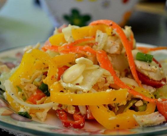 Куриный салат с сыром Фета и овощами