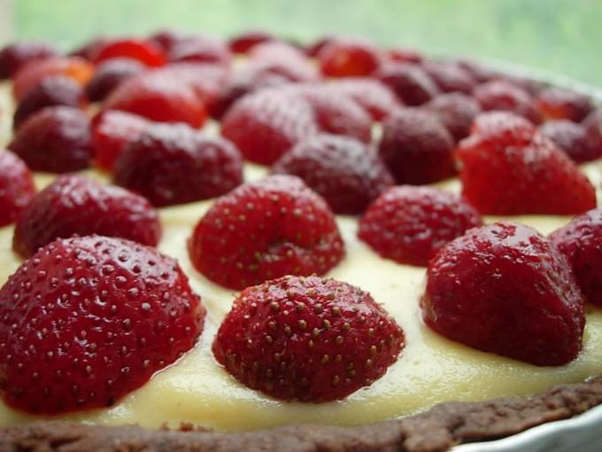 Как испечь клубничный пирог с заварным кремом