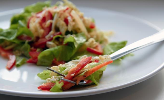 Белковый салат с зеленью и сметаной