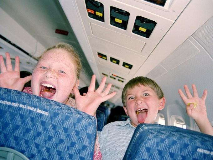 Как лететь в самолете с детьми