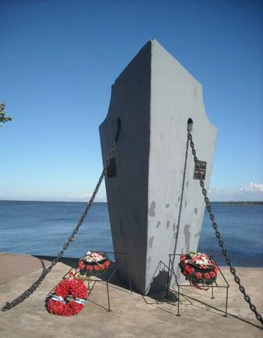 На пирсе в Ораниербауме стоит памятник легендарному крейсеру