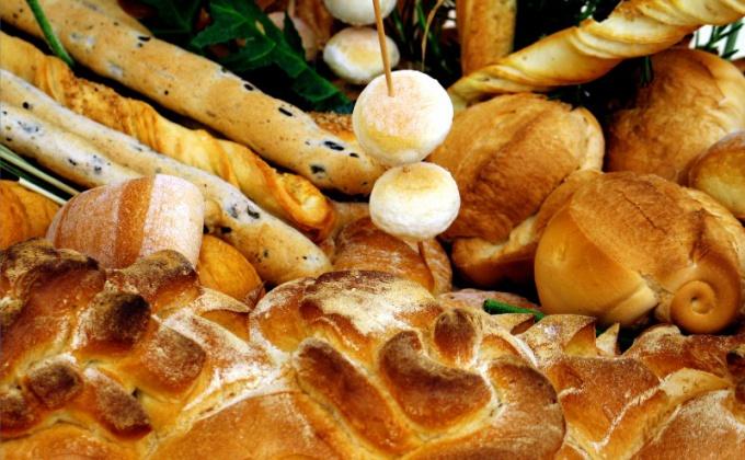 Пекарь выпекает булочки по утвержденной или самостоятельно разработанной рецептуре