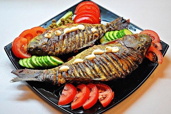 Запеченная в духовке рыба подойдет и для праздничного стола, и для повседневного