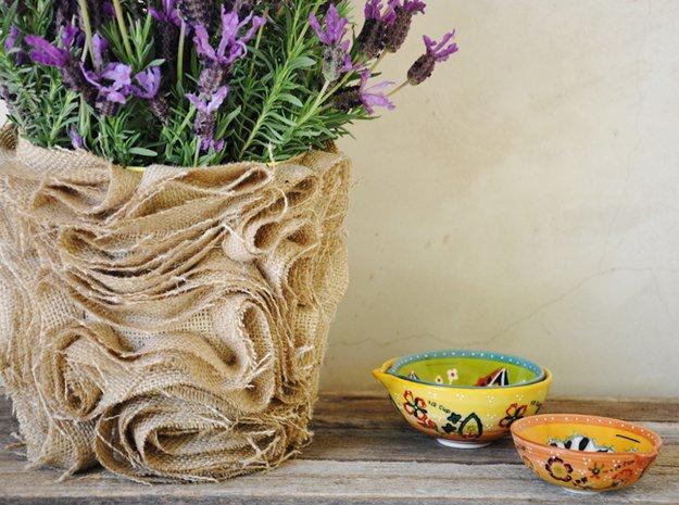 Как декорировать цветочный горшок мешковиной