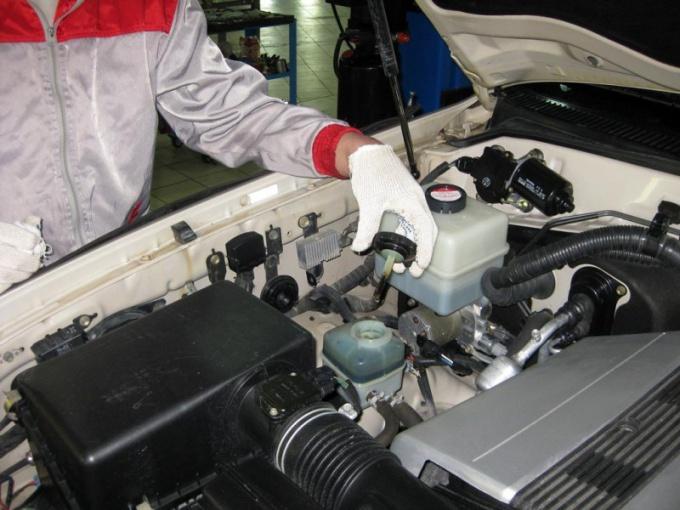 Бачок с маслом расположен под крышкой капота автомобиля