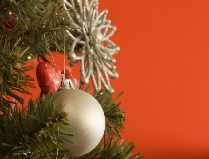 Украшением елки могут занять дети
