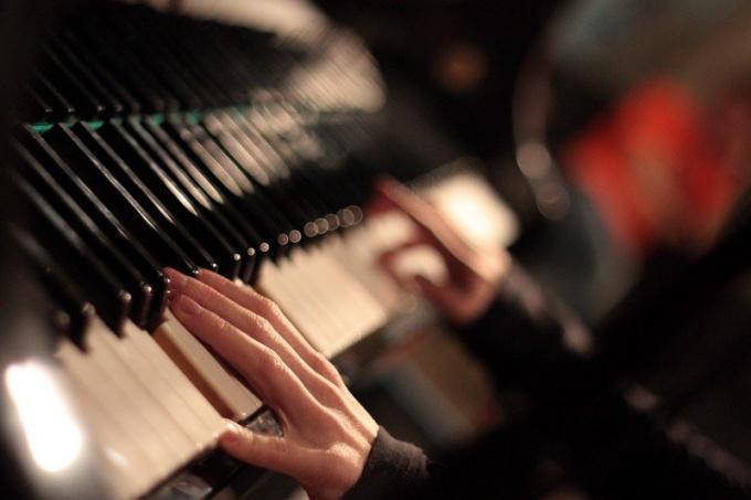"""Лучшее развлечение на новый год - исполнение песни """"елочка"""" на пианино"""