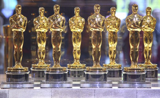 Каждый год вручается 24 статуэтки Оскар, ее вес составляет 3,5 кг,  рост 33 см