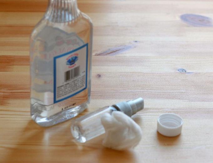 След от наклейки можно убрать с помощью спирта или водки