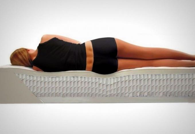 Ортопедические матрасы и подушки хороши тем, что принимают и удерживают позы тела во сне