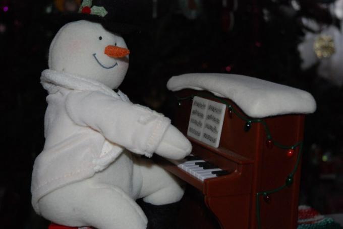 На детском пианино можно брать простые аккорды