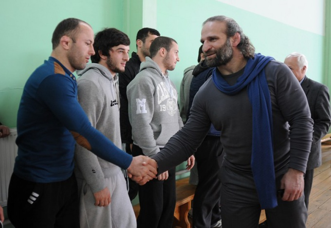 Greeting the Georgian wrestlers in the competition