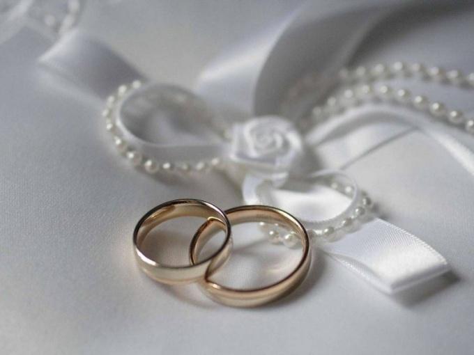 Символы заключения брака — обручальные кольца жениха и невесты
