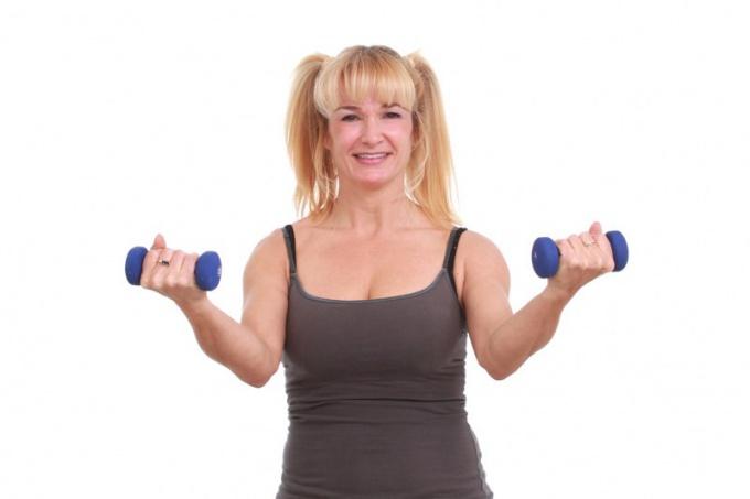 Упражнения с гантелями помогут увеличить грудь