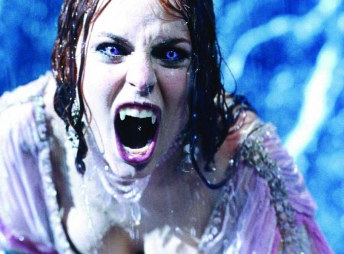 Вампиры отличаются от другой нечисти наличием длинных и острых клыков