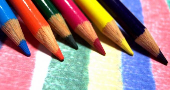 Выберите два карандаша разной твердости