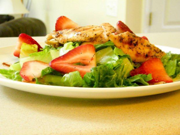 Салат из курицы-гриль с клубникой и шпинатом