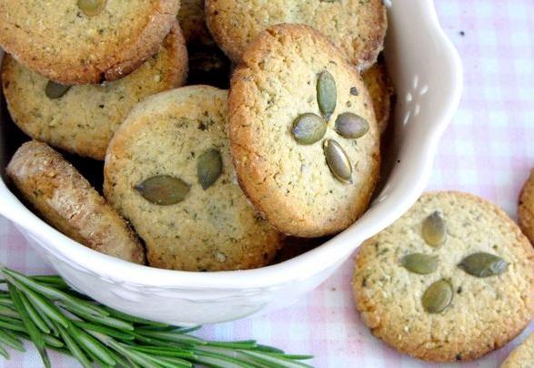 Печенье с тыквенными семечками и розмарином