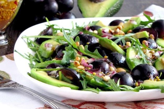 Салат с авокадо и черным виноградом
